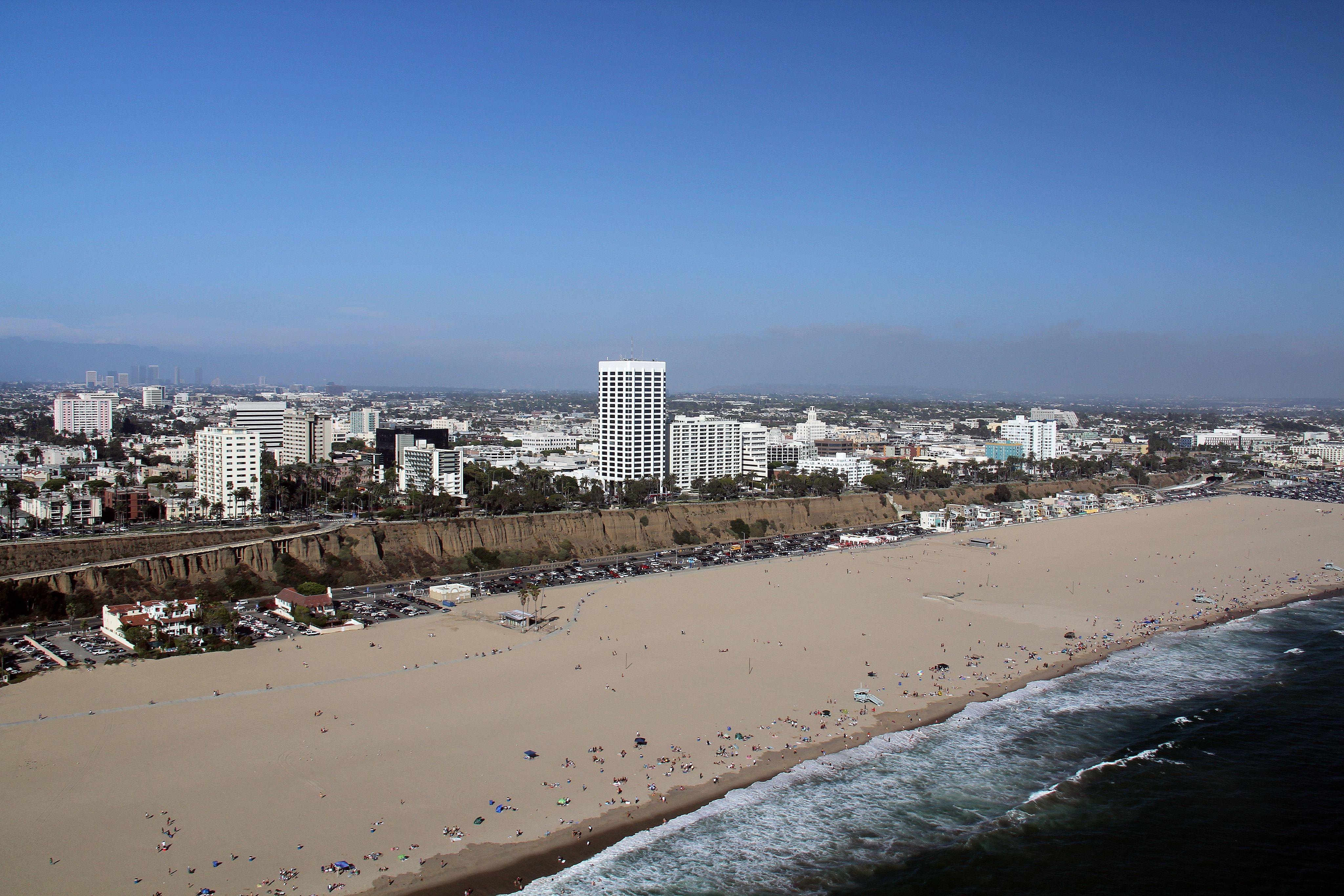 Toma aérea de la playa de Santa Mónica