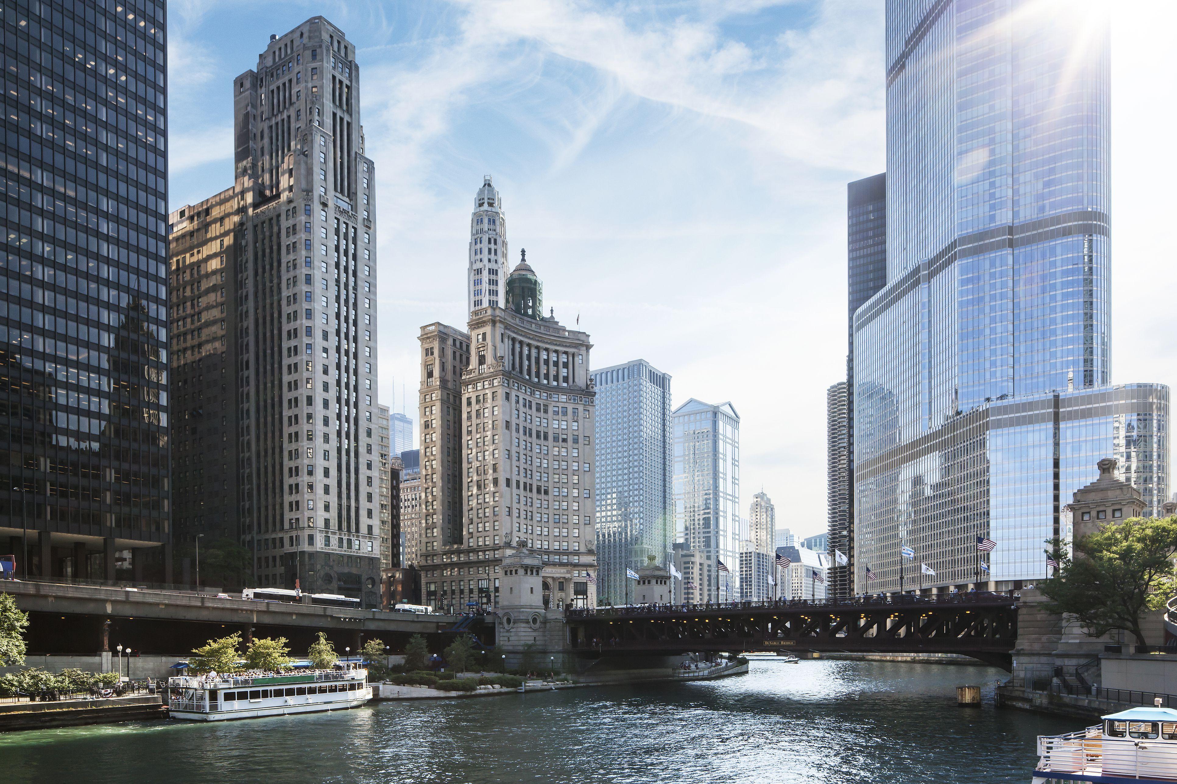 Río Chicago con rascacielos en el fondo