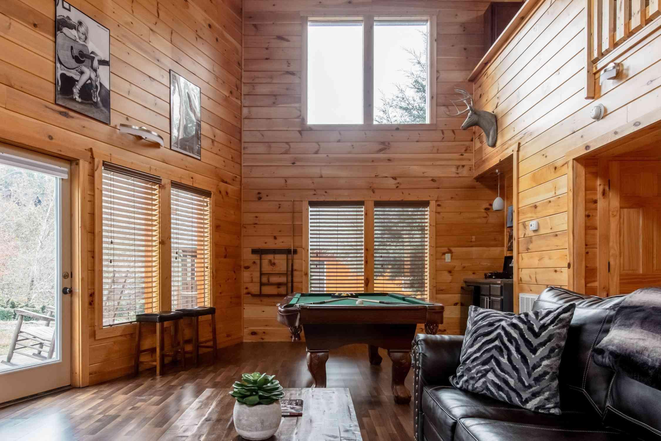 Moderna cabaña de madera con piscina cerca de Dollywood