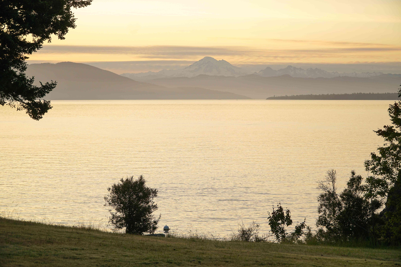 Mirando el monte Baker sobre un lago durante la puesta de sol