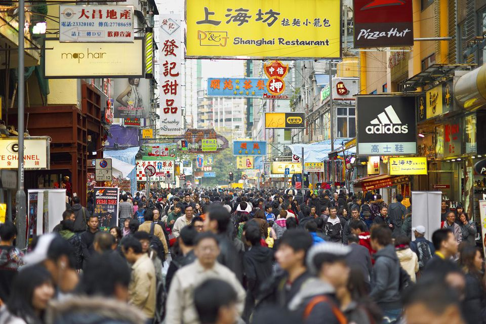 La concurrida calle del mercado de Mong Kok en Hong Kong