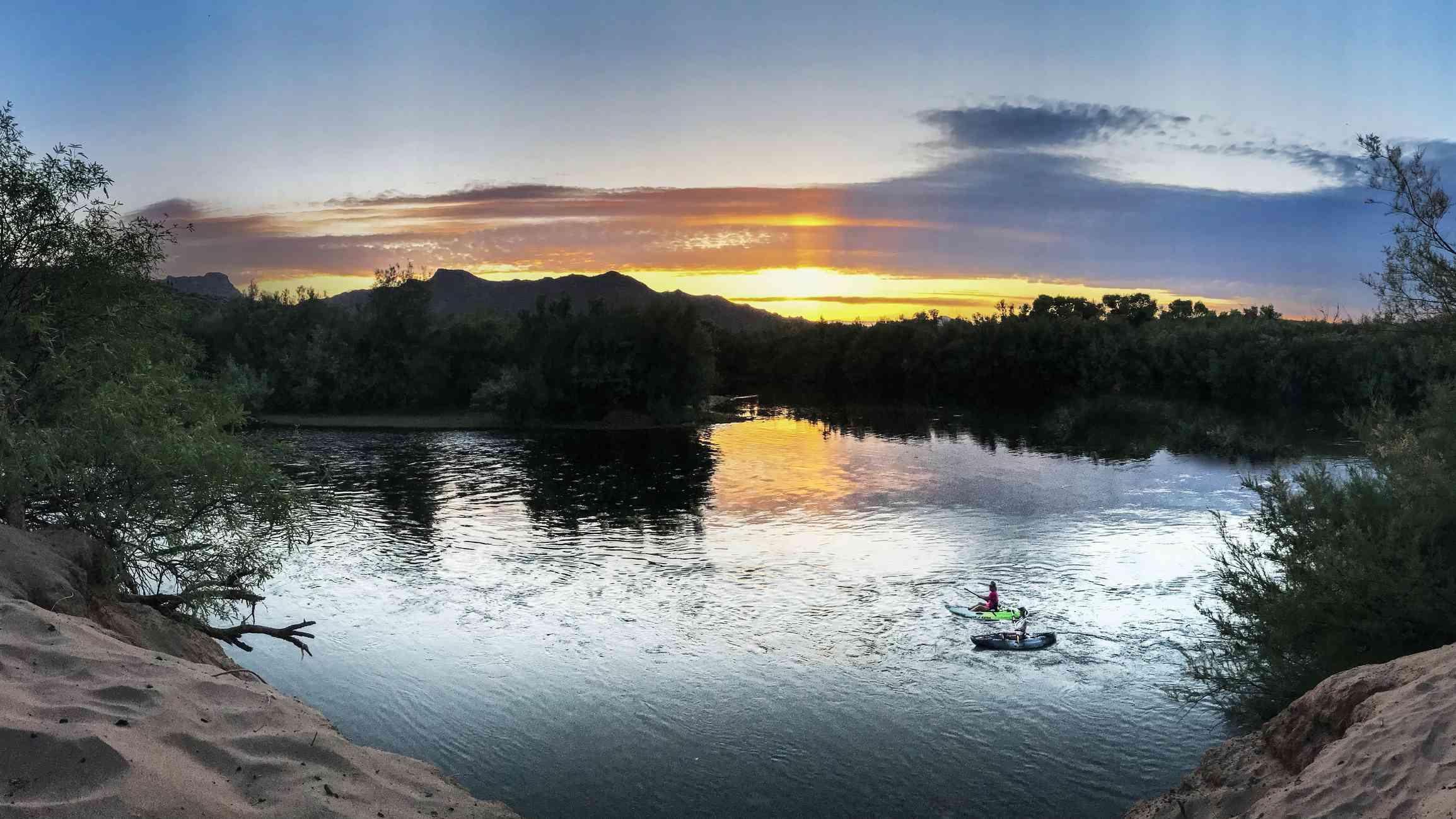 Kayakistas en el río Salt durante la puesta de sol
