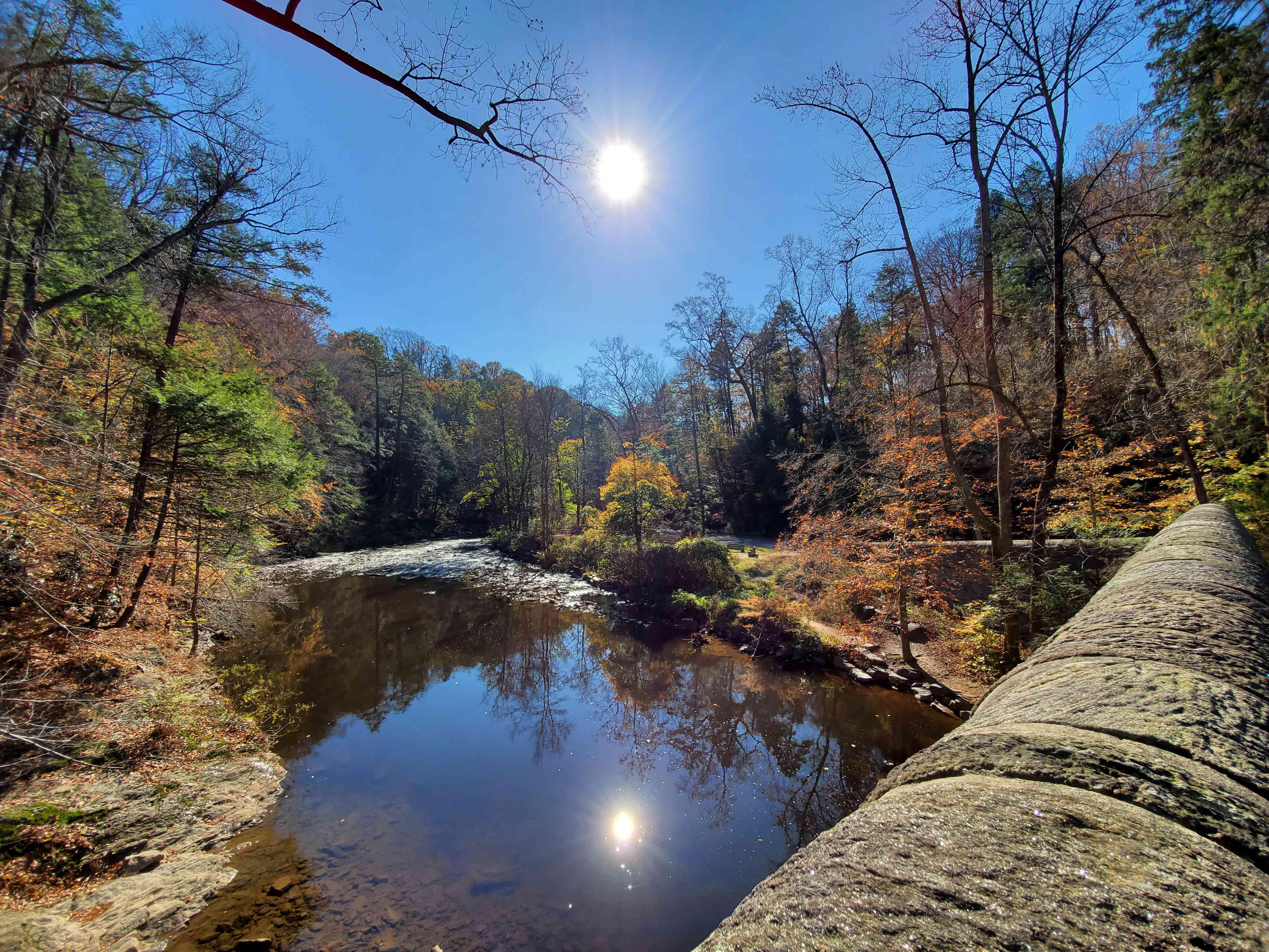 Wissahickon Creek en Wissahickon Valley Park en otoño