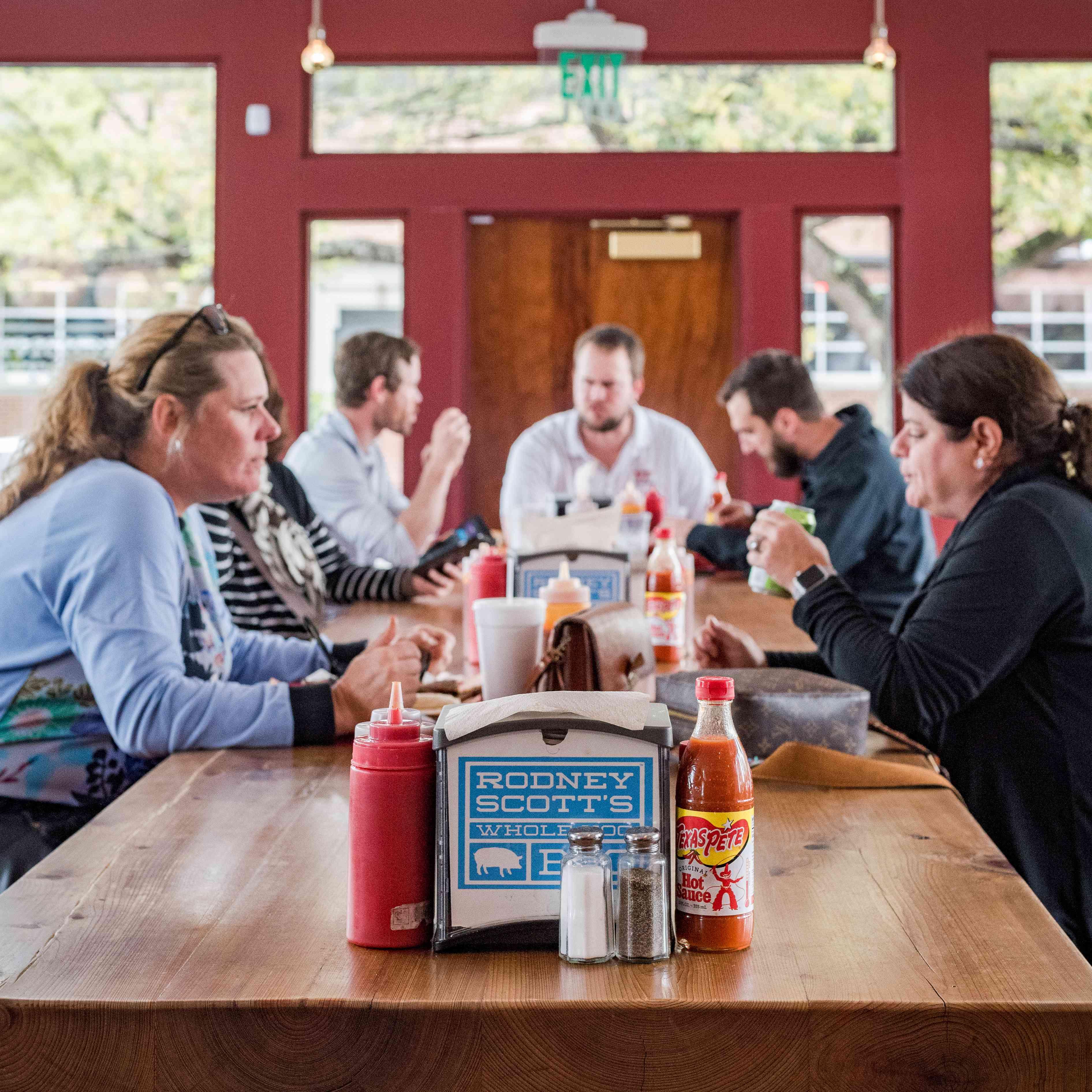 Una mesa llena de gente en Rodney Scott BBQ