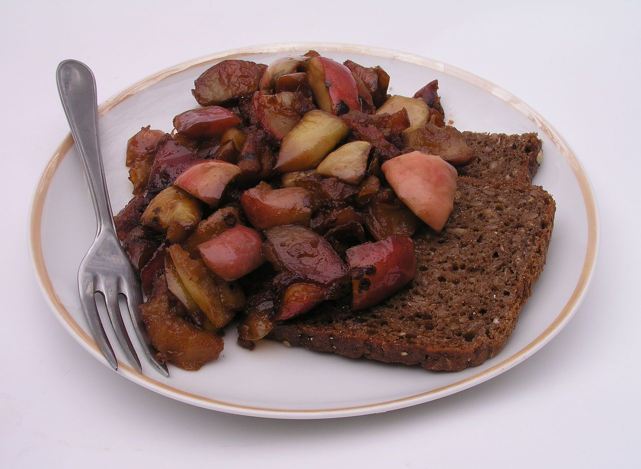 A traditional plate of æbleflæsk