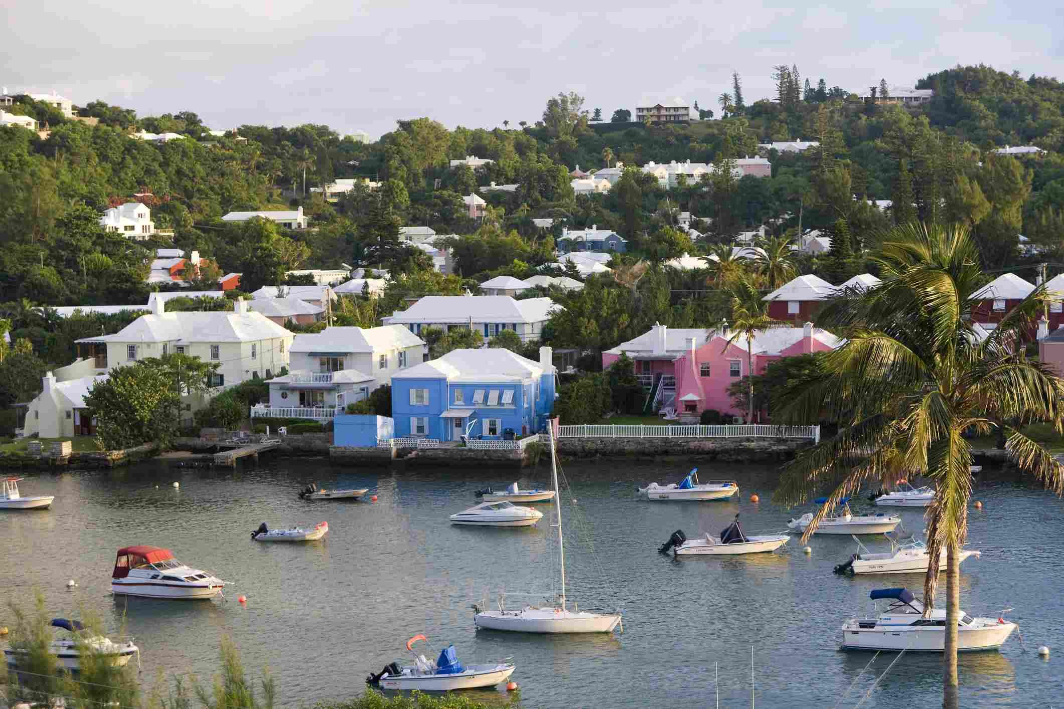 Bermudas, Hamilton, puerto de Hamilton, coloridas casas y botes