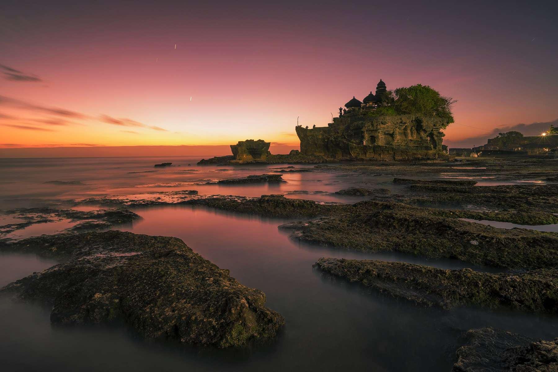 Puesta de sol en Tanah Lot, Bali, Indonesia