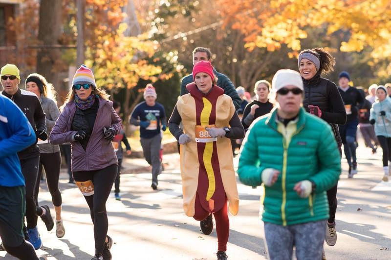 People running the Arlington Turkey Trot