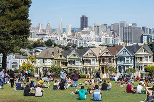 Tourists, Victorian row of houses, Painted Ladies, Postcard Row, Alamo Square, Steiner Street, San Francisco, California, USA
