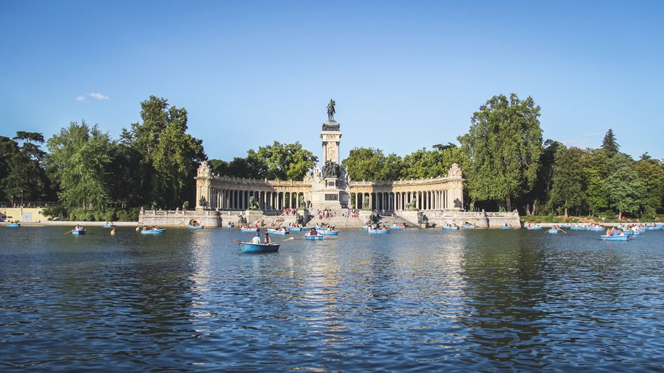 Estanque lake in Parque del Buen Retiro with Monument to Alonso XII, Madrid, Spain