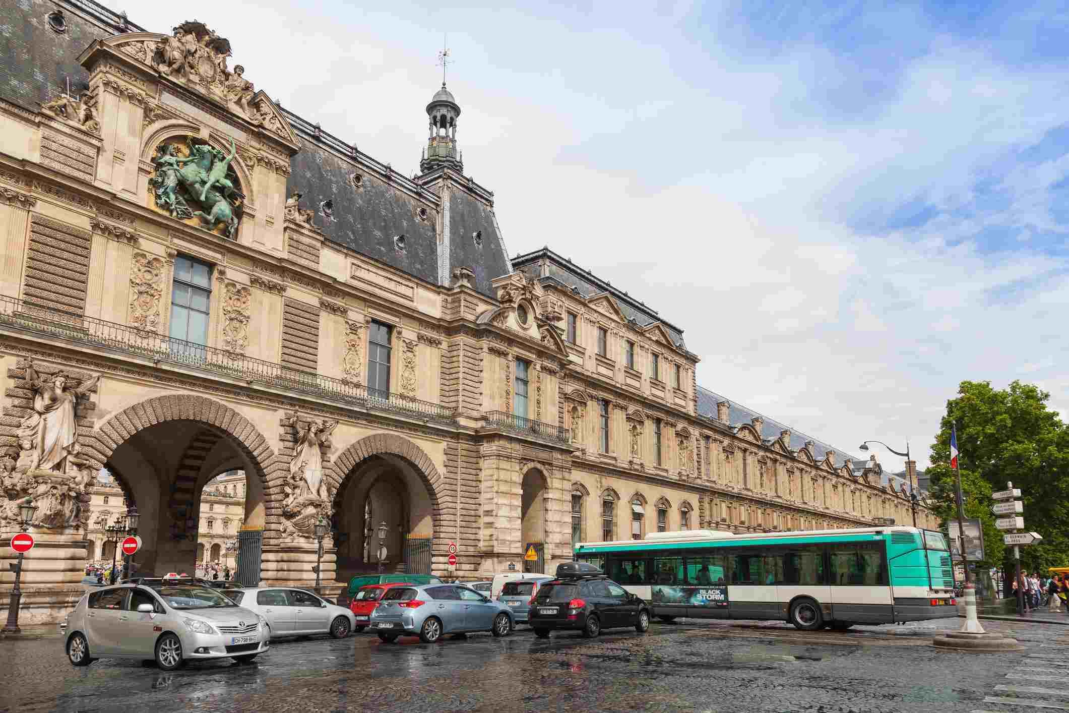 Paris Louvre Bus