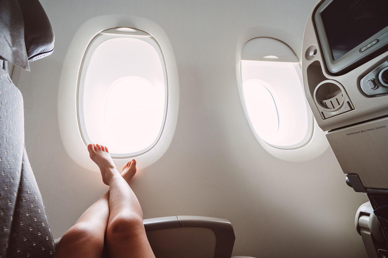 Pies descalzos en un avión