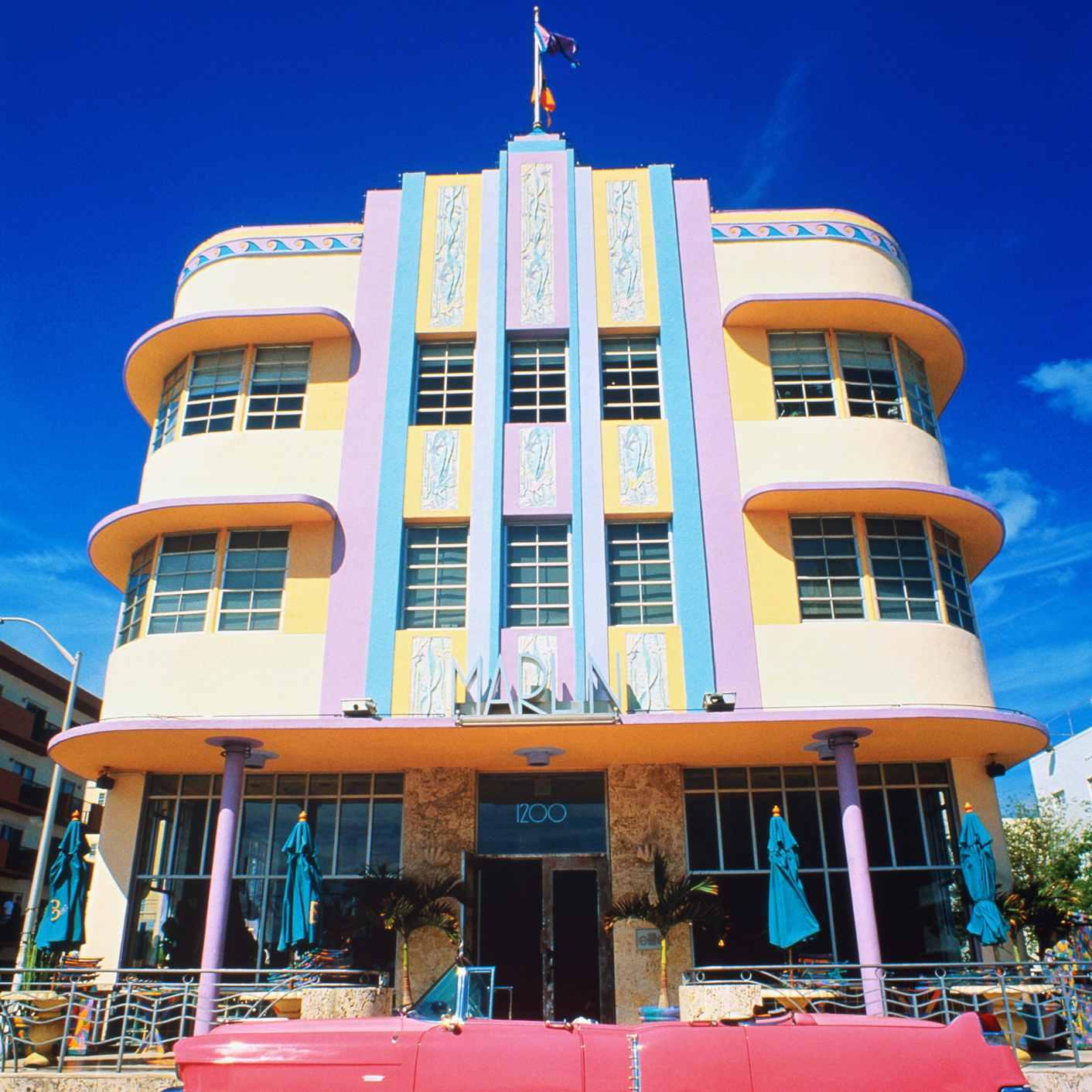 Estados Unidos, Florida, Miami Beach, edificio Art Decó, automóvil vintage rosa en primer plano