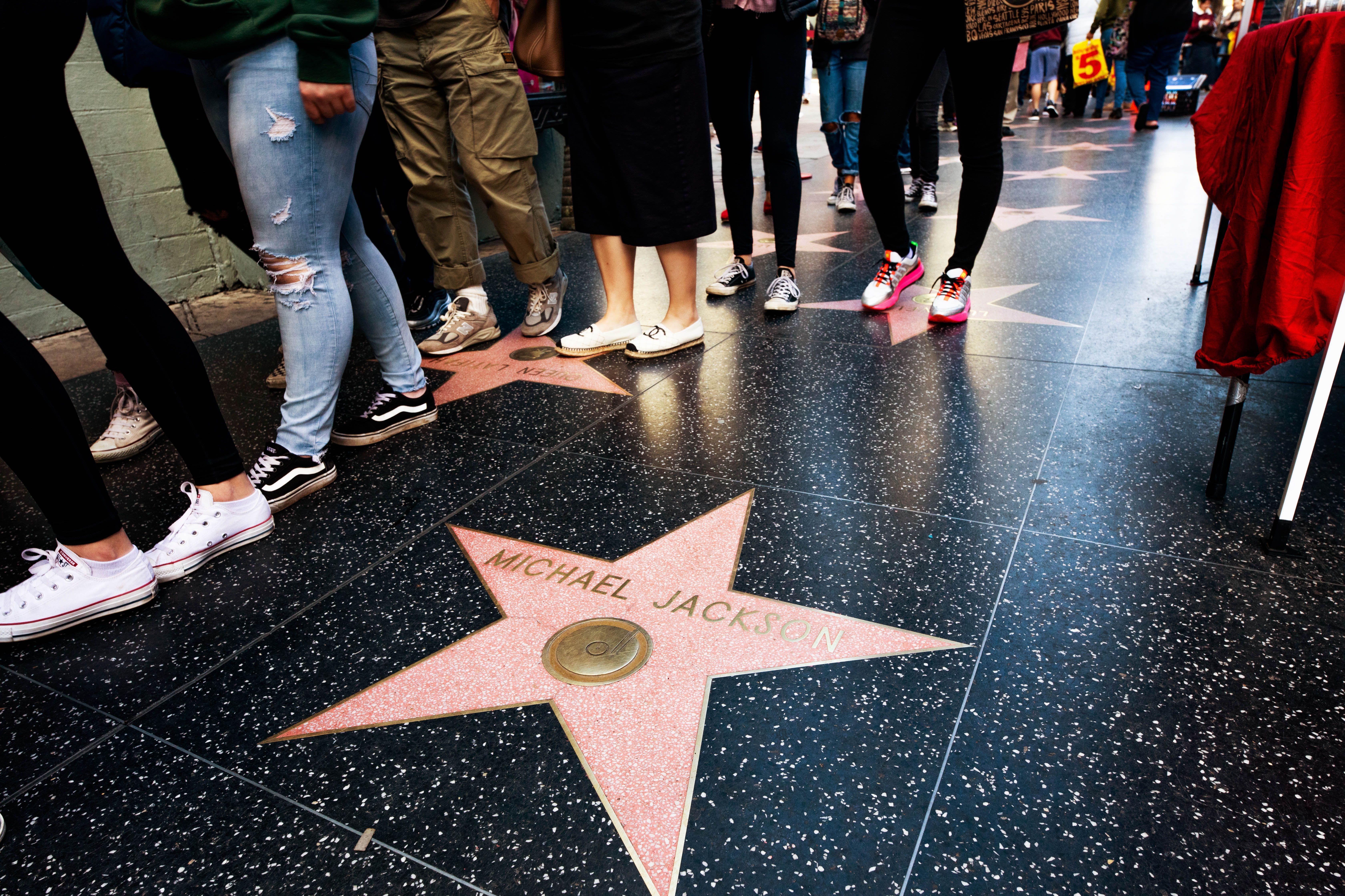Gente parada en una fila en el paseo de la fama