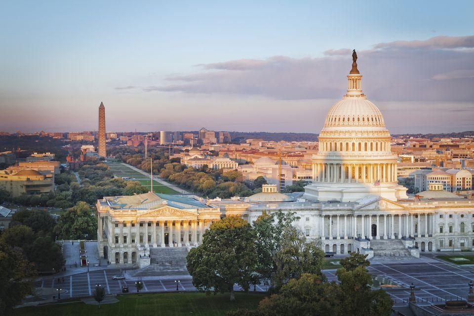 Edificio del Capitolio de los Estados Unidos, National Mall y noroeste de Washington al amanecer desde la Biblioteca del Congreso, Washington DC, EE. UU.