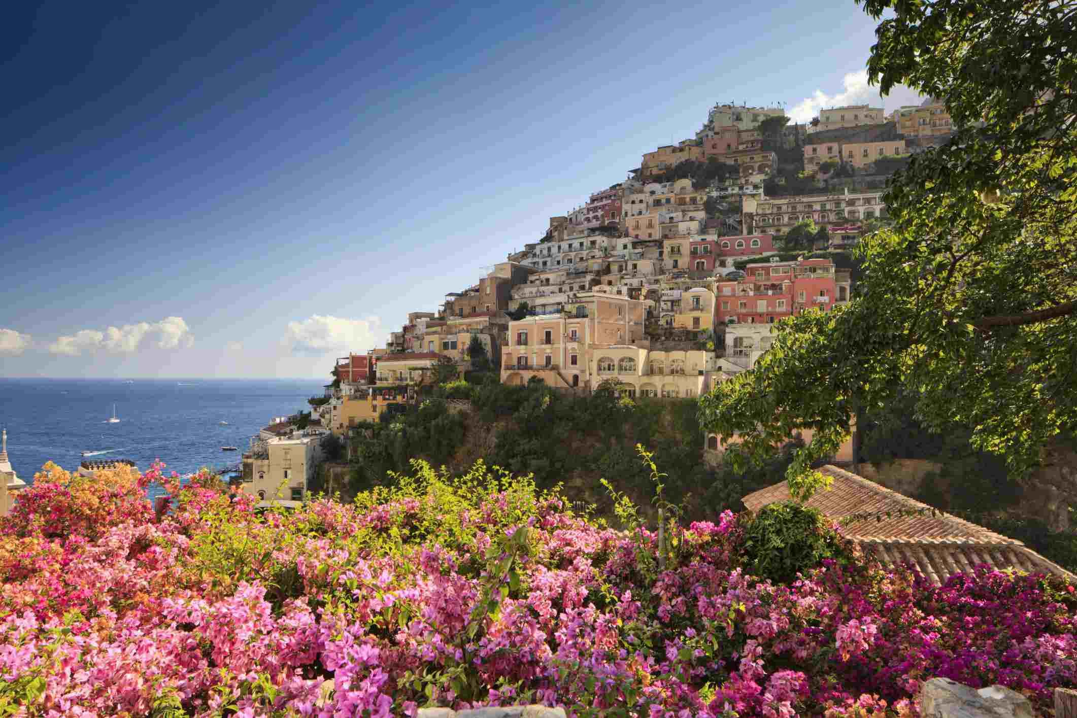 Positano, foto de Italia, flores de buganvilla, zona mediterránea, costa de Amalfi