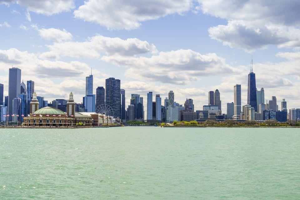 Horizonte de Chicago y Navy Pier desde el lago Michigan