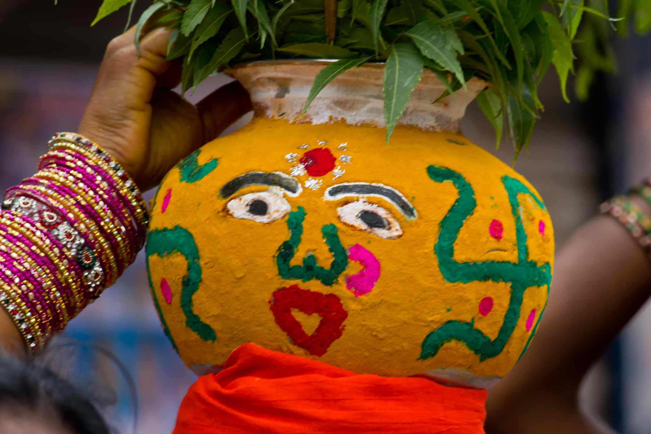 Olla de barro decorada del festival Bonalu