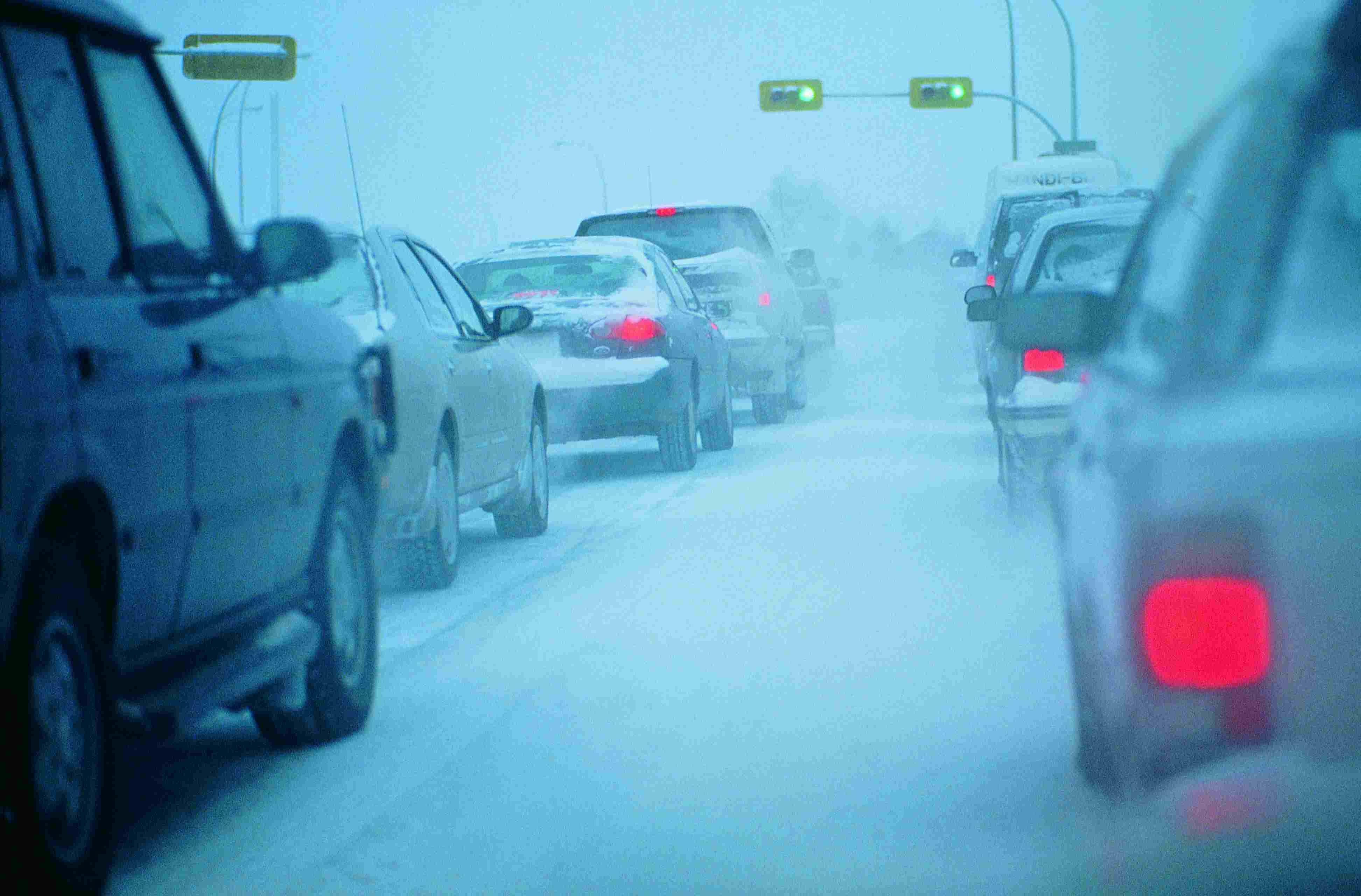 Atasco de tráfico en condiciones de nieve