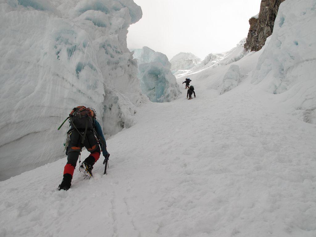 People ice climbing in Alpamayo