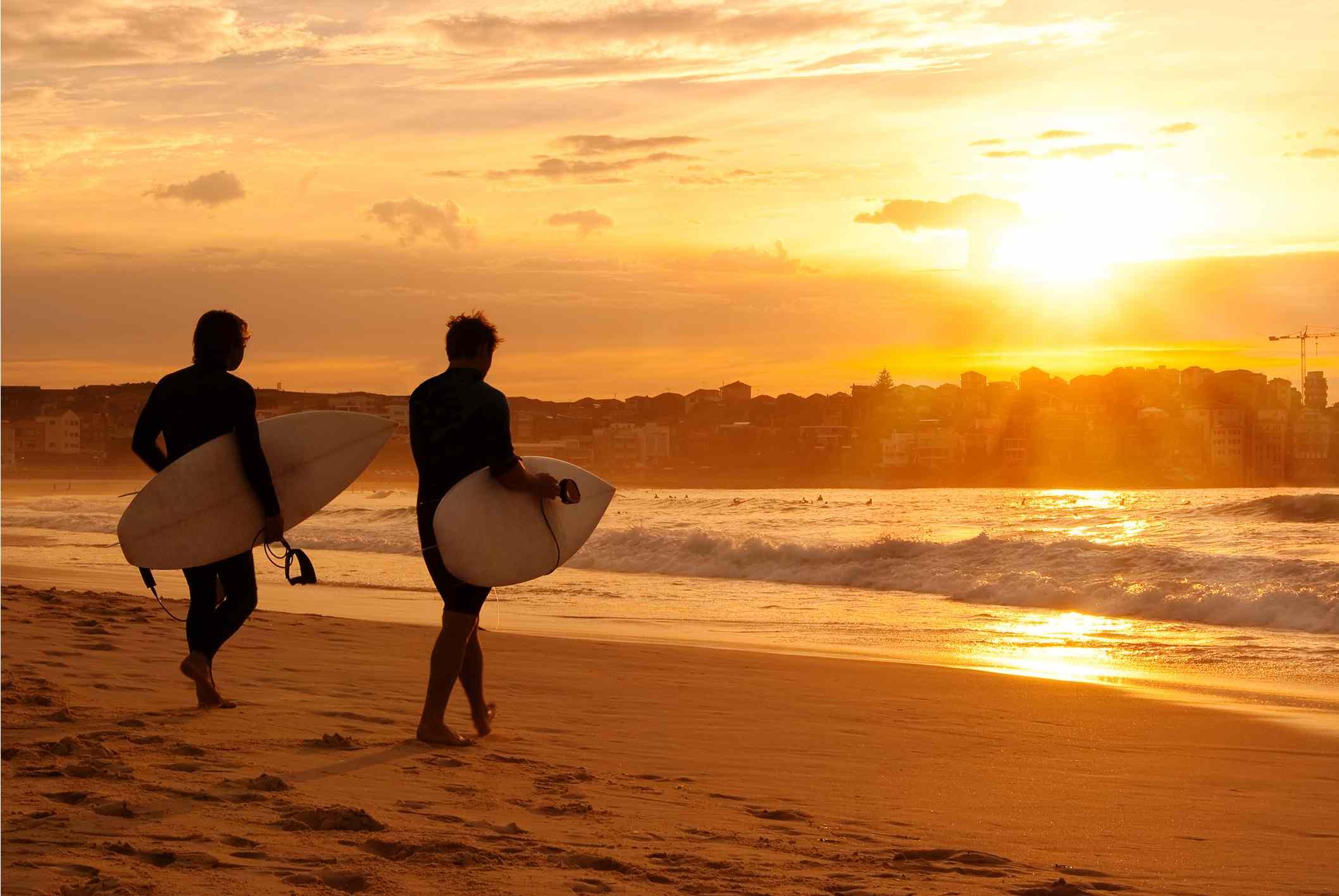 Surfistas en la playa de Bondi
