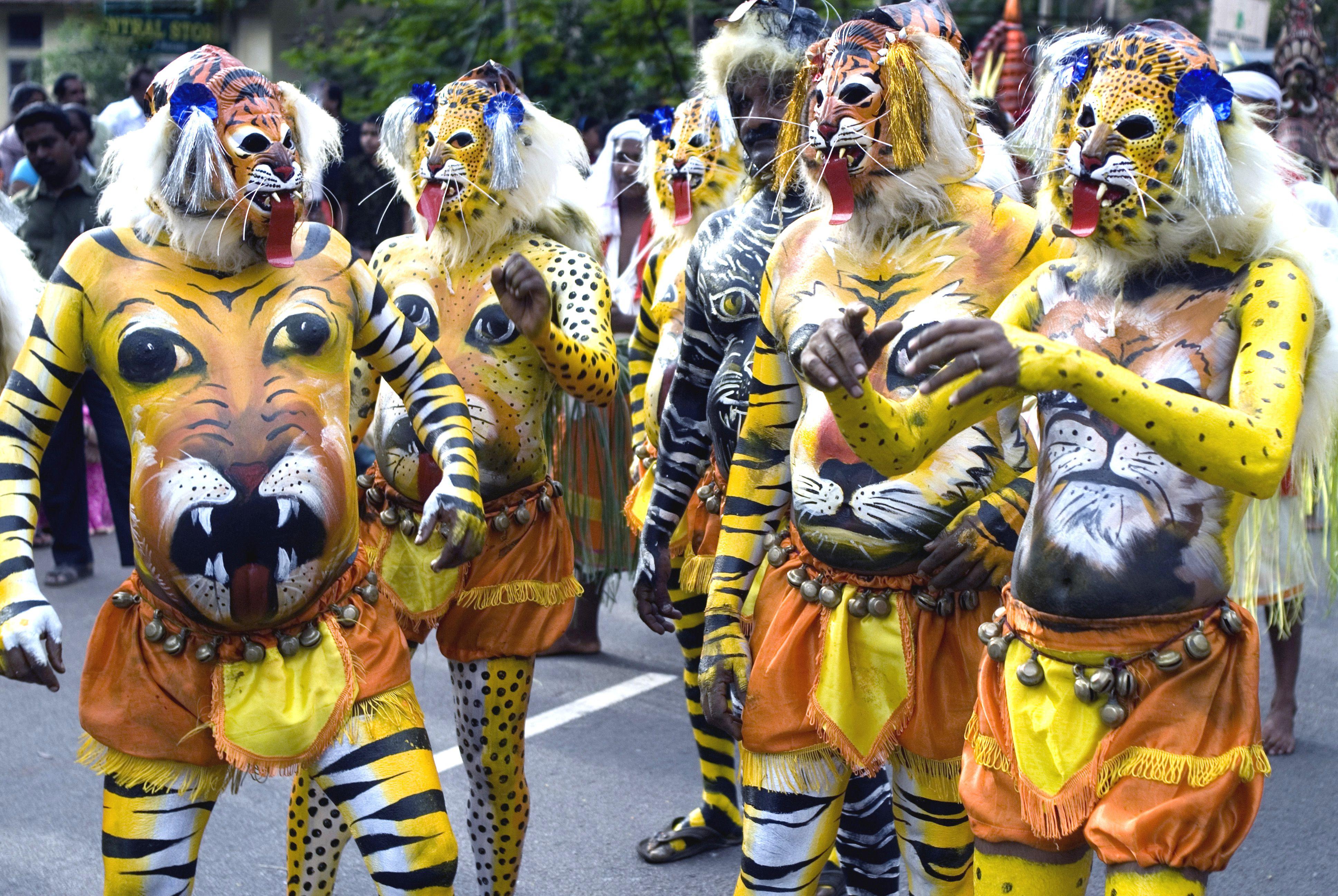 Los artistas de Pulikali o del juego del tigre pintaron cuerpos como tigres durante la celebración del onam