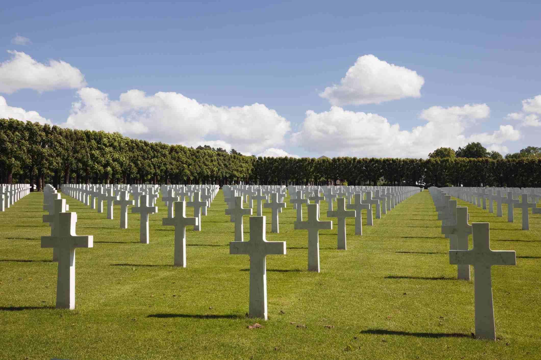 Filas de lápidas de mármol blanco en el cementerio militar estadounidense Meuse-Argonne para la batalla de Verdun, Romagne-Gesnes, Meuse, Francia, Europa de la Primera Guerra Mundial