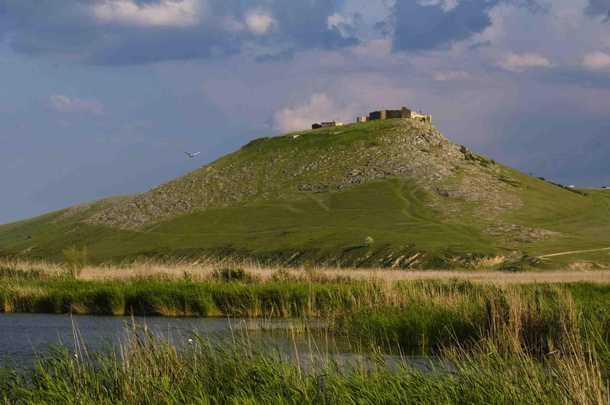 Castillo y lago medieval en ruinas, Enisala, Dobruja, Rumania