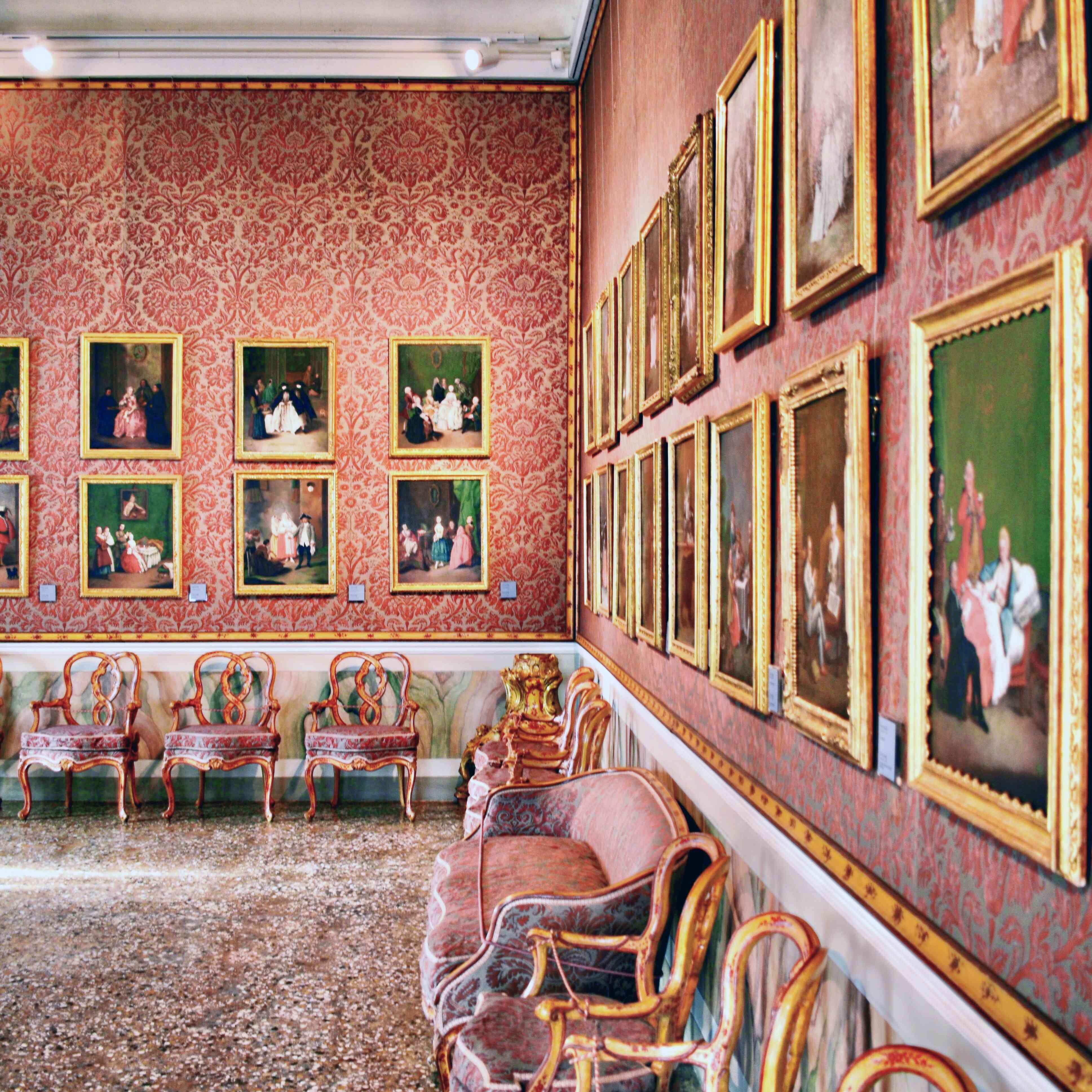 Una habitación rosa brillante con retratos verdes y asientos de color rosa