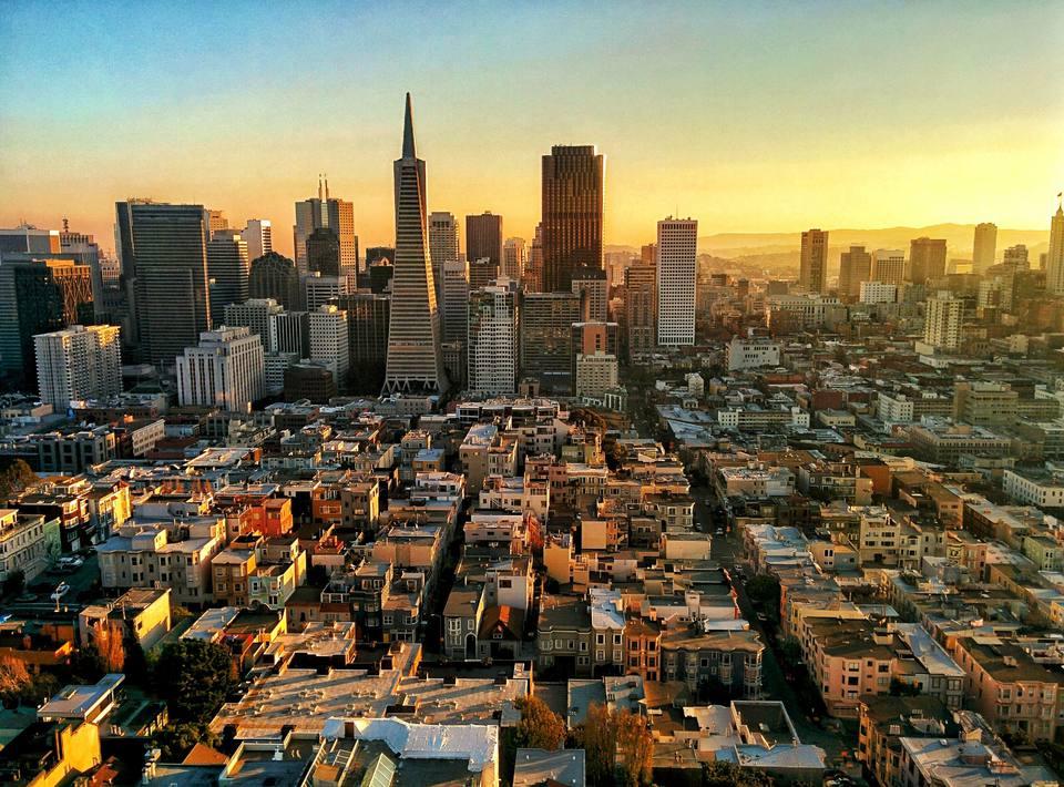 Vista de alto ángulo del paisaje urbano moderno durante el atardecer