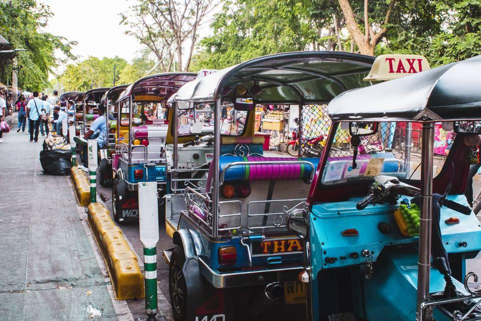 Línea de tuk tuks fuera del mercado de Chatuchak