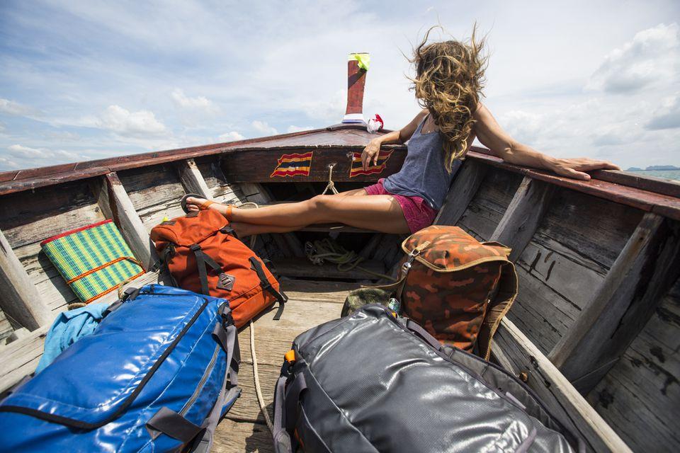 Mujer con equipaje en barco en Tailandia