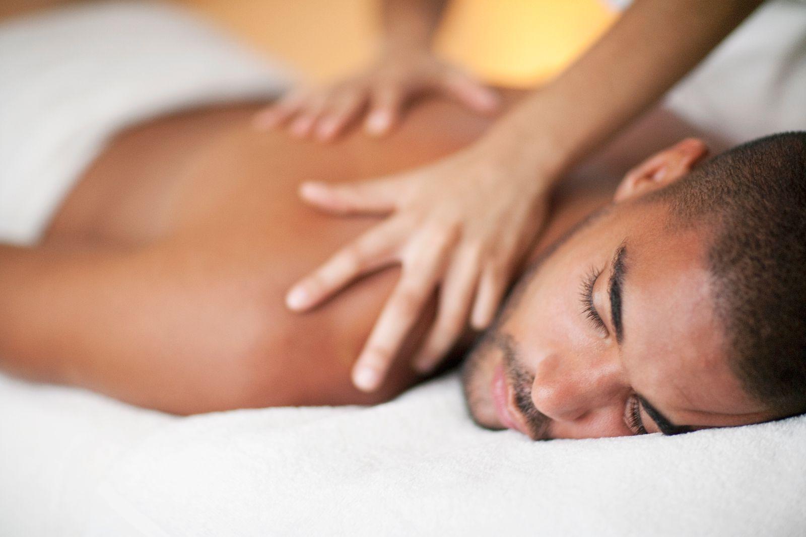 Un hombre que recibe un masaje