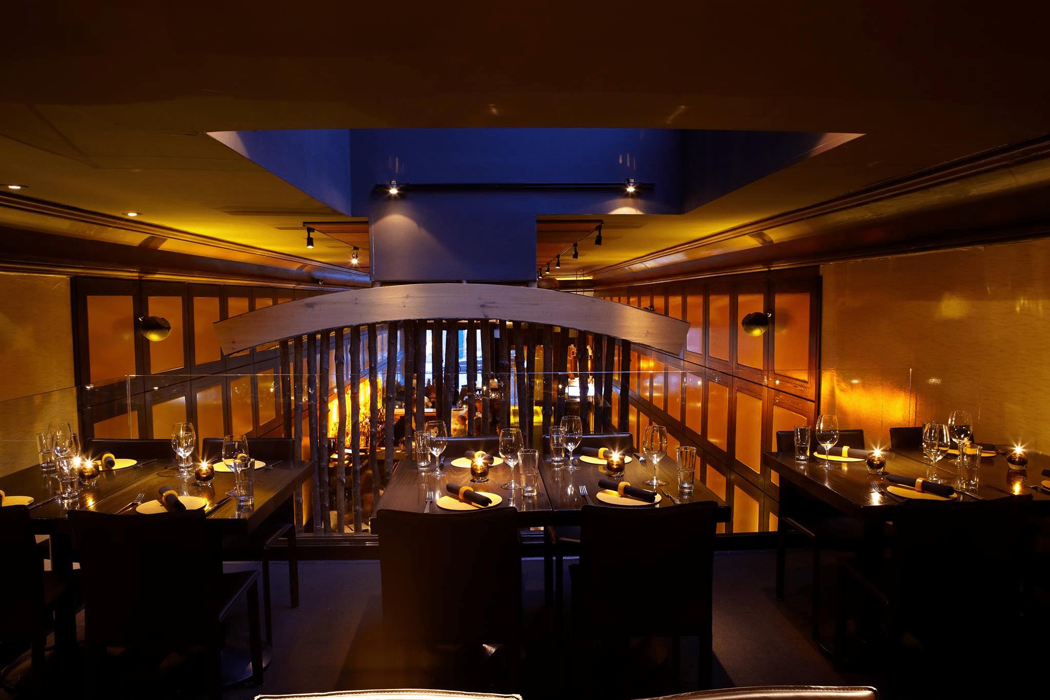 una vista de arriba de las mesas del restaurante con platos y copas de vino