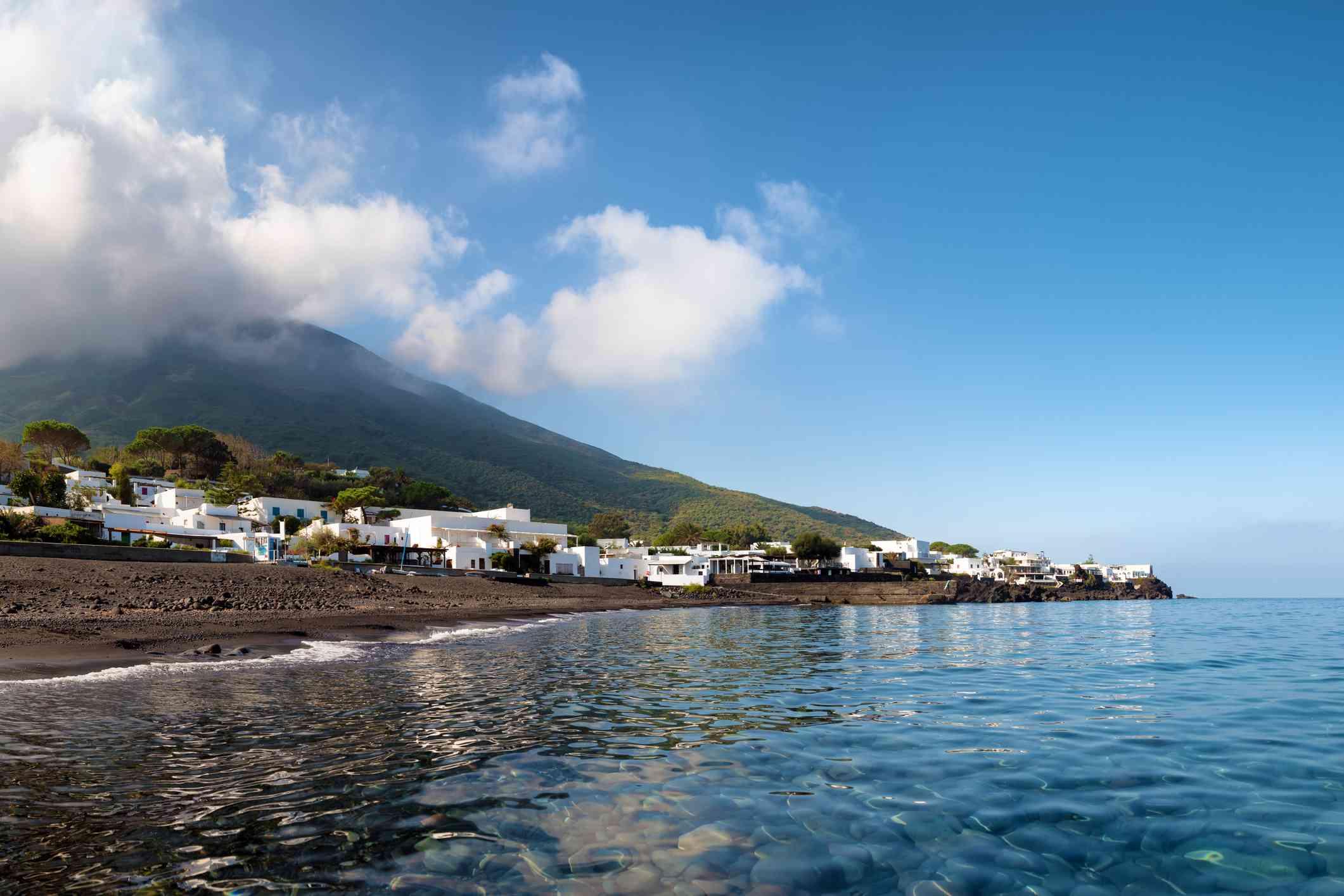 Playa de Ficogrande en las Islas Eolias, Italia