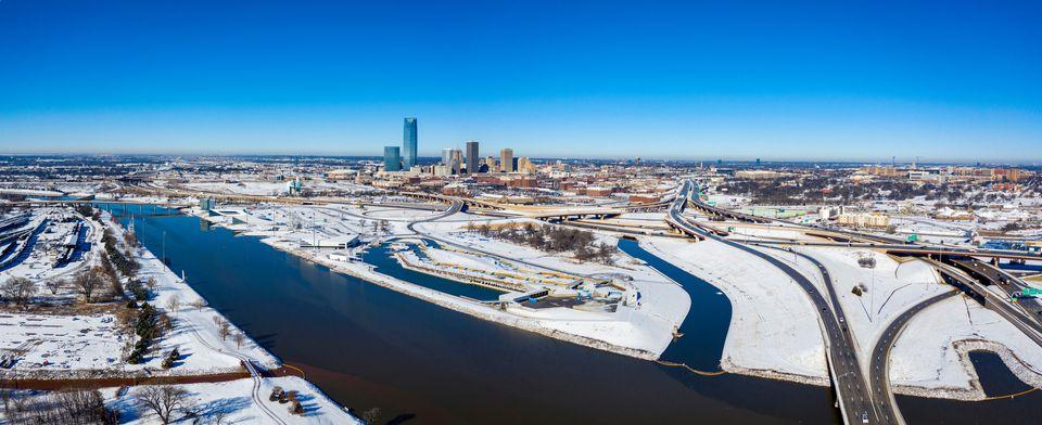 Vista de alto ángulo de la ciudad nevada contra el cielo azul