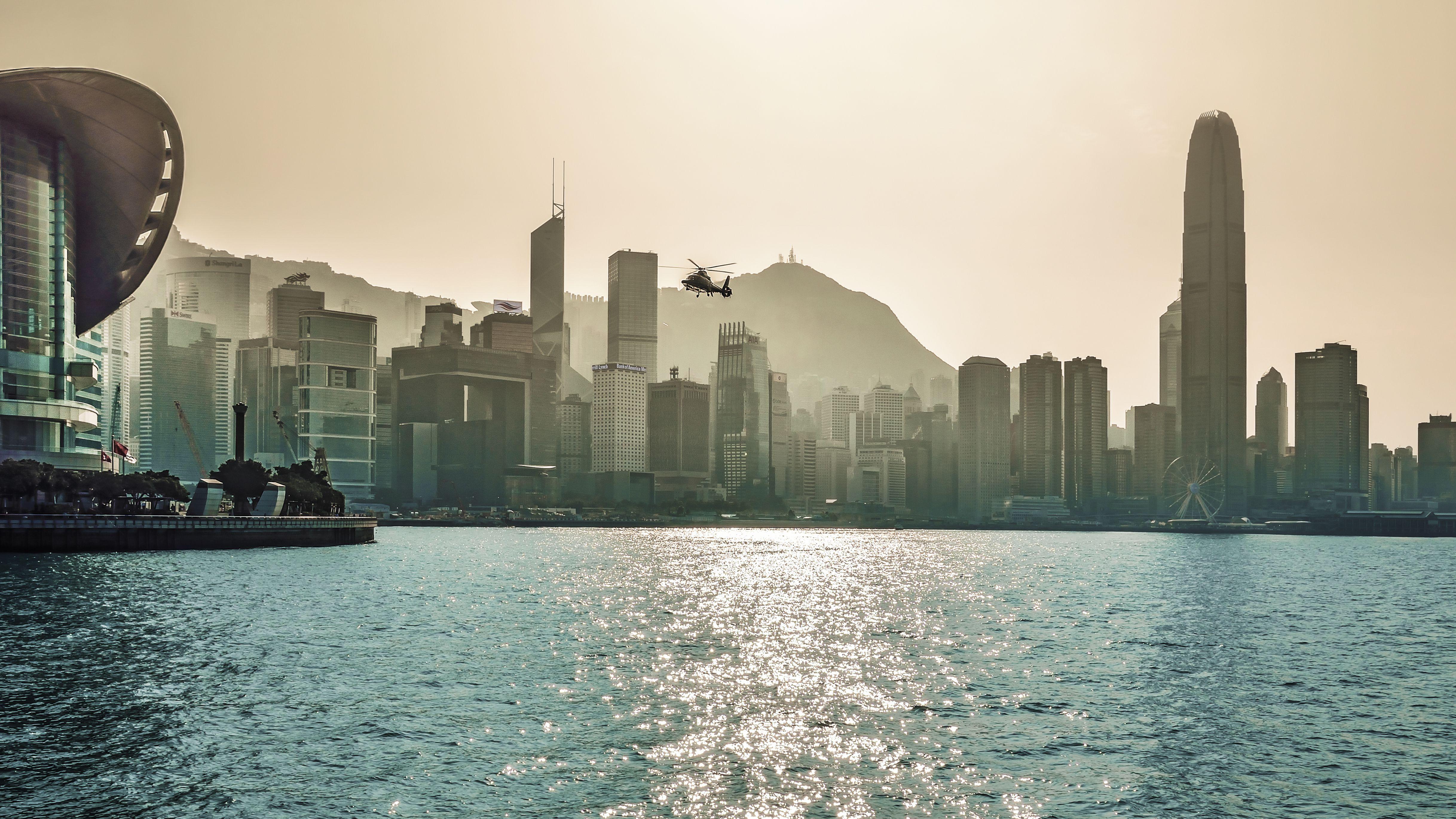 Helicóptero volando sobre el río contra el cielo