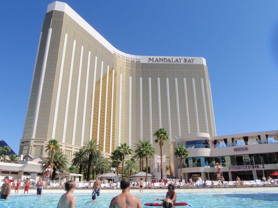 Vista exterior y la piscina exterior del Mandalay Bay Hotel, Las Vegas