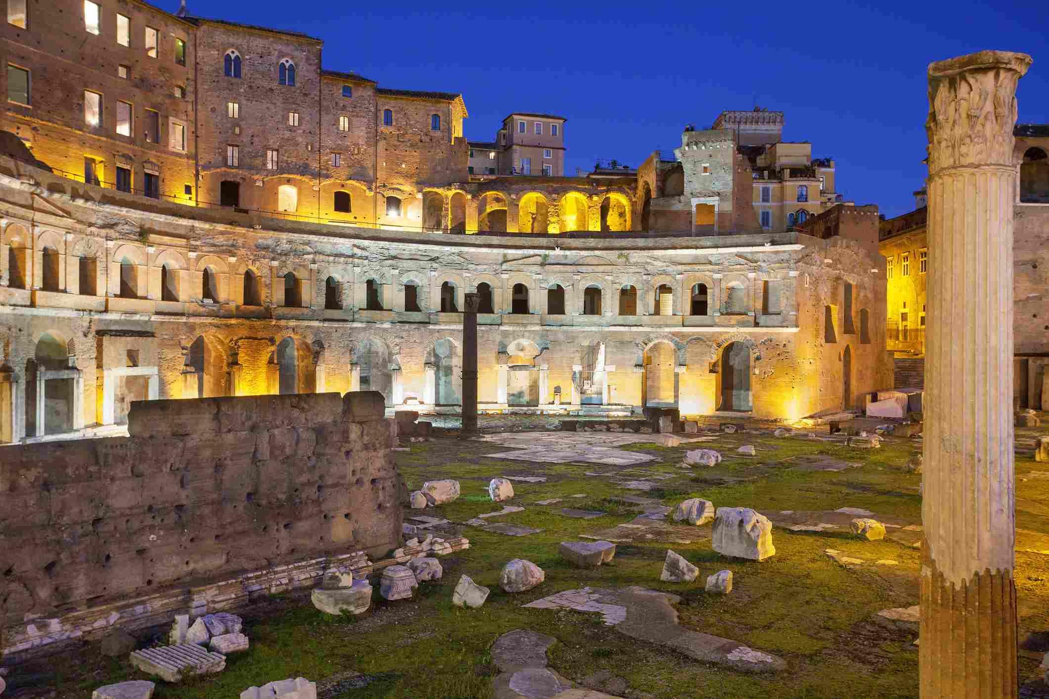 Mercado de Trajano, Roma iluminada por la noche