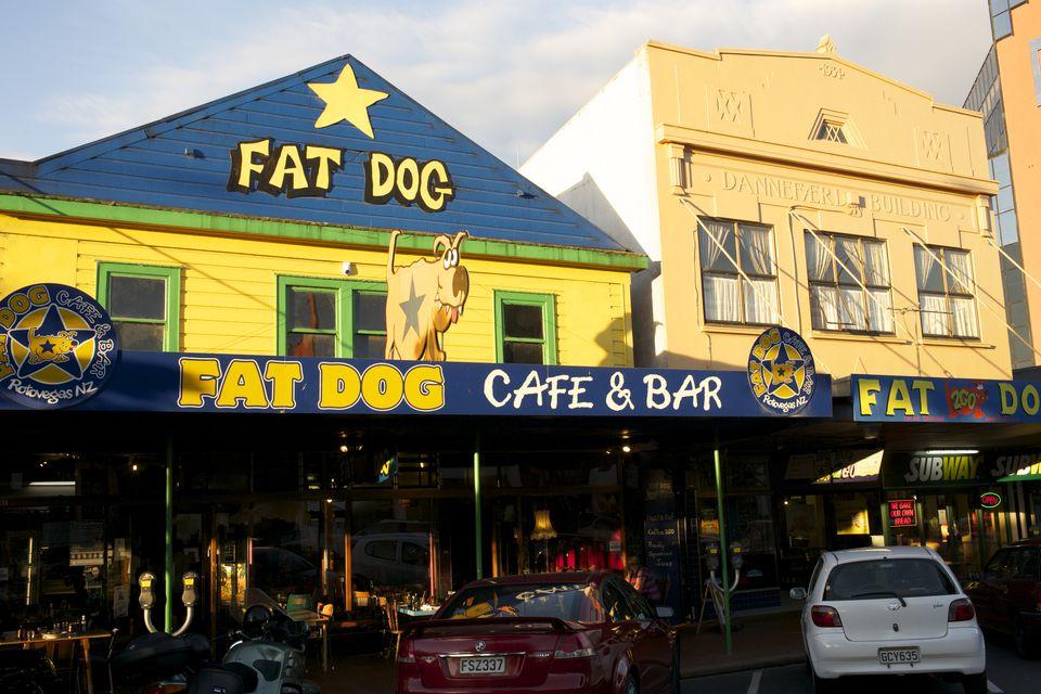 Fat Dog Cafe & Bar, de la calle Arawa.