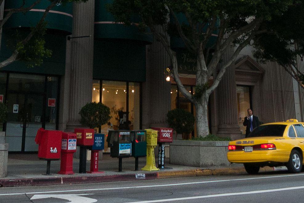Bordillos rojos y amarillos en Los Ángeles