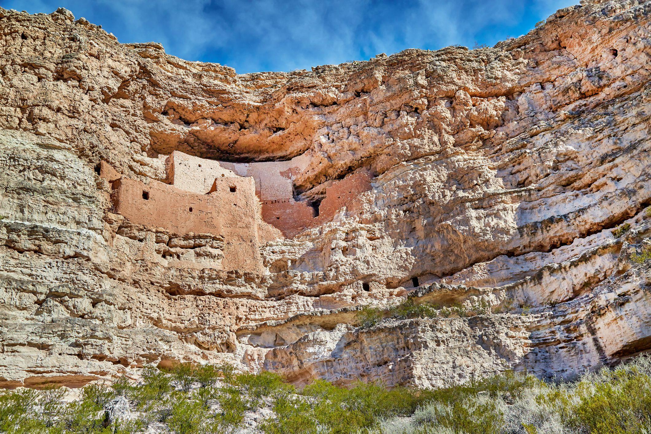 Monumento Nacional del Castillo de Montezuma, Arizona, EE. UU. , La motocicleta conduce la autopista hacia el Parque Tribal Navajo en Arizona, EE. UU.
