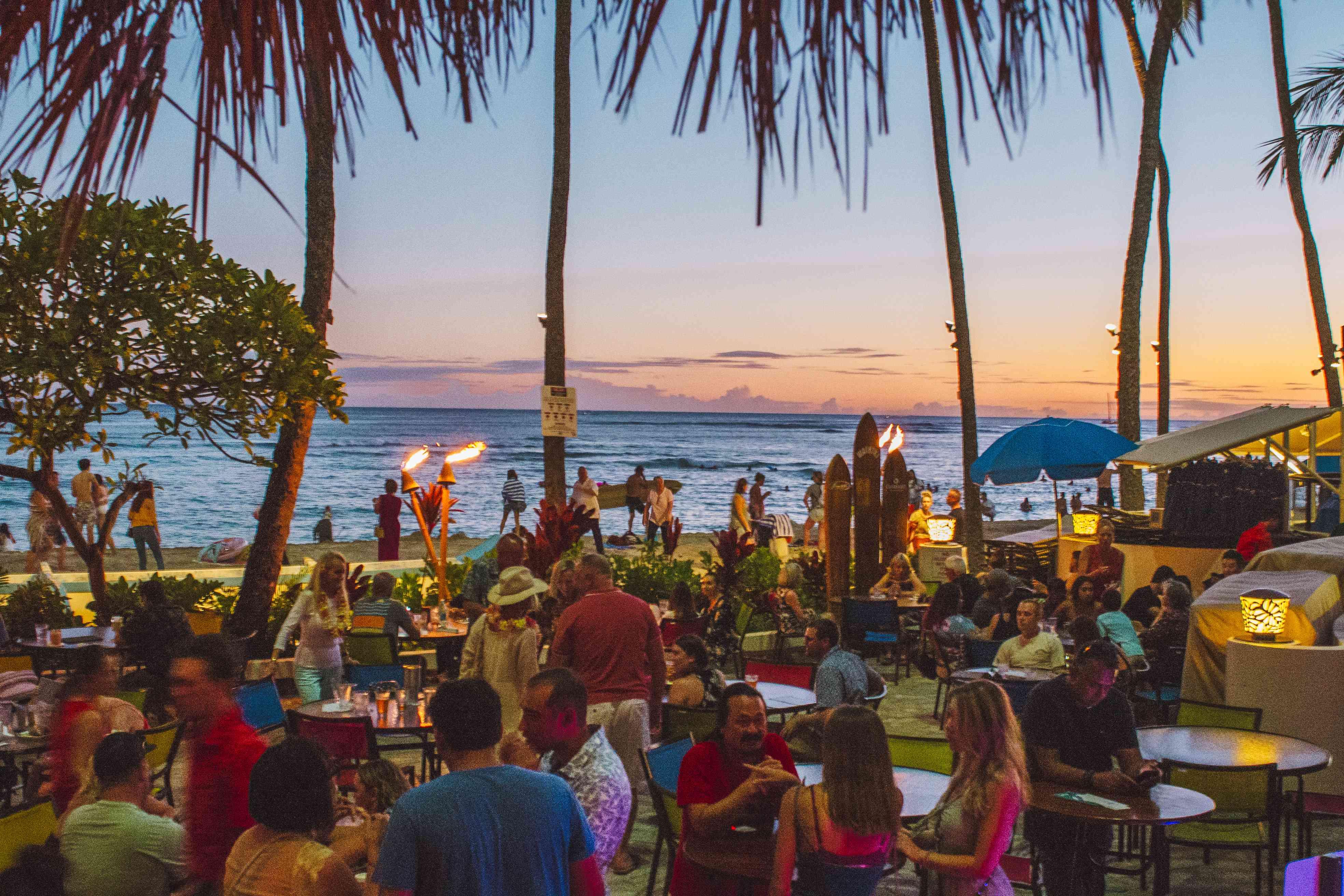 Atardecer en la playa de Duke's Waikiki