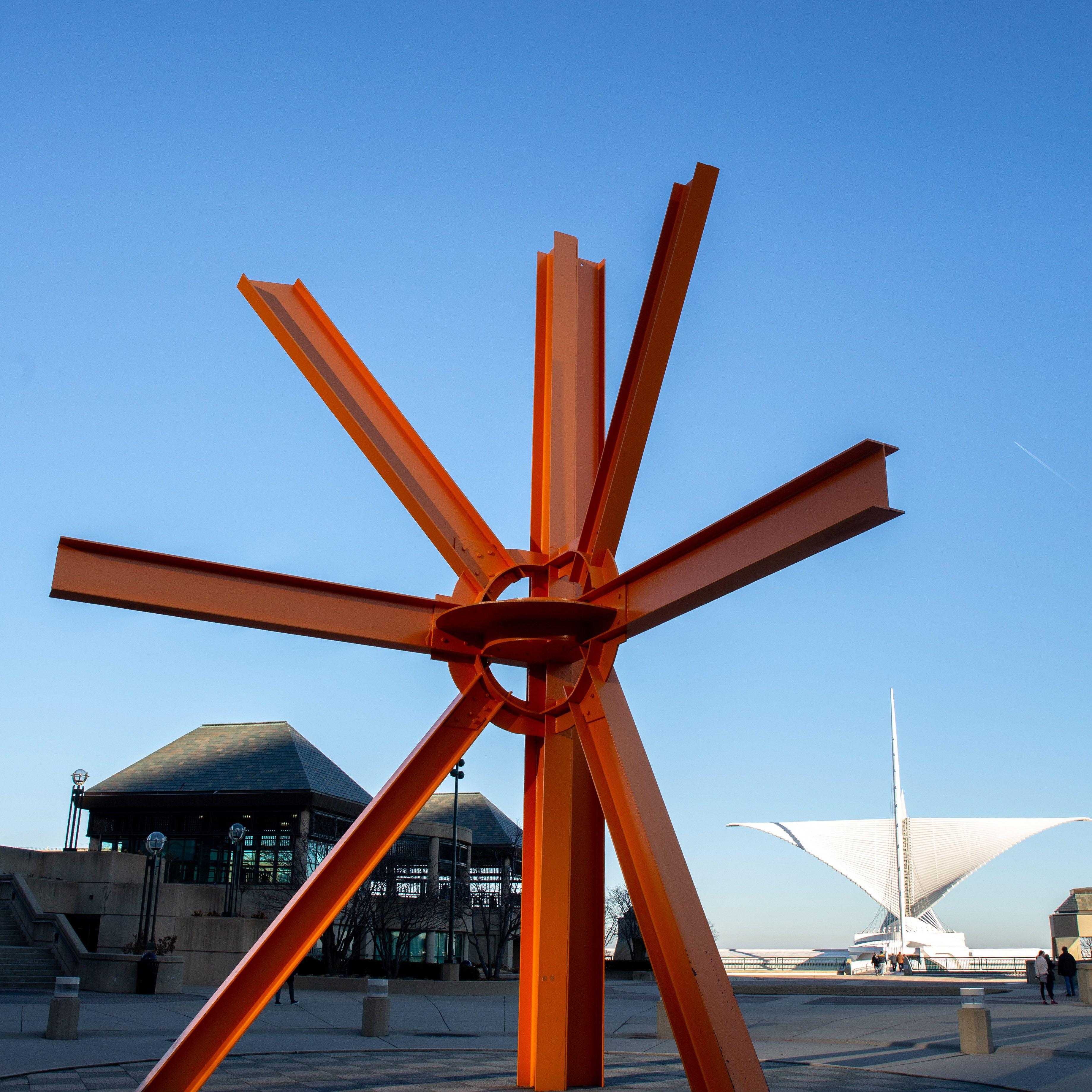 Milwaukee Art Museum statue
