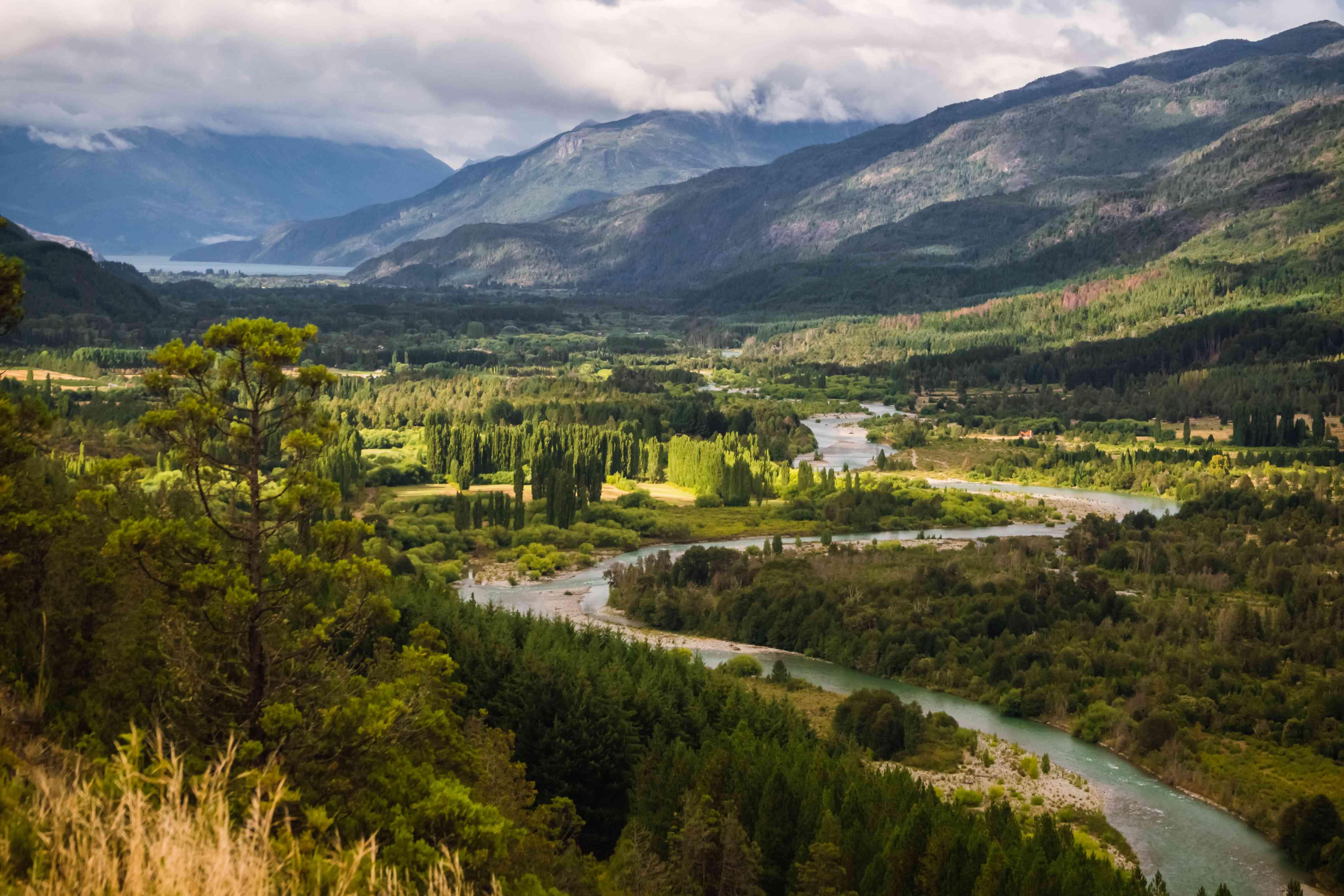Paisaje del río Azul, valle y bosque en El Bolson, Patagonia argentina