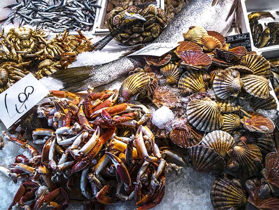 cangrejos y almejas en hielo en un mercado