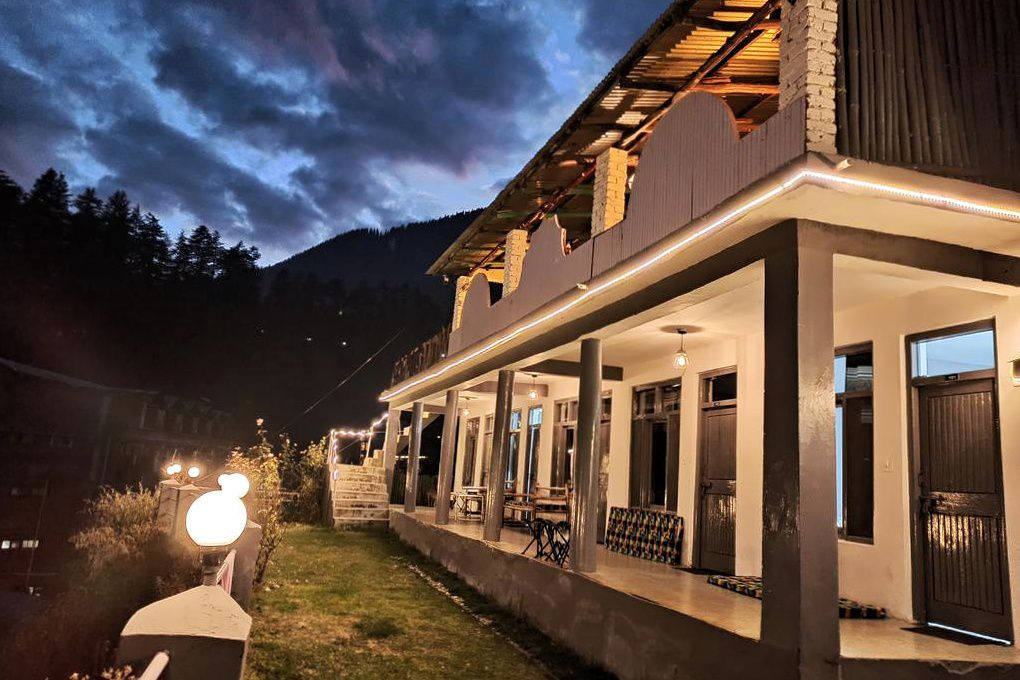 Young Monk Hostel and Cafe