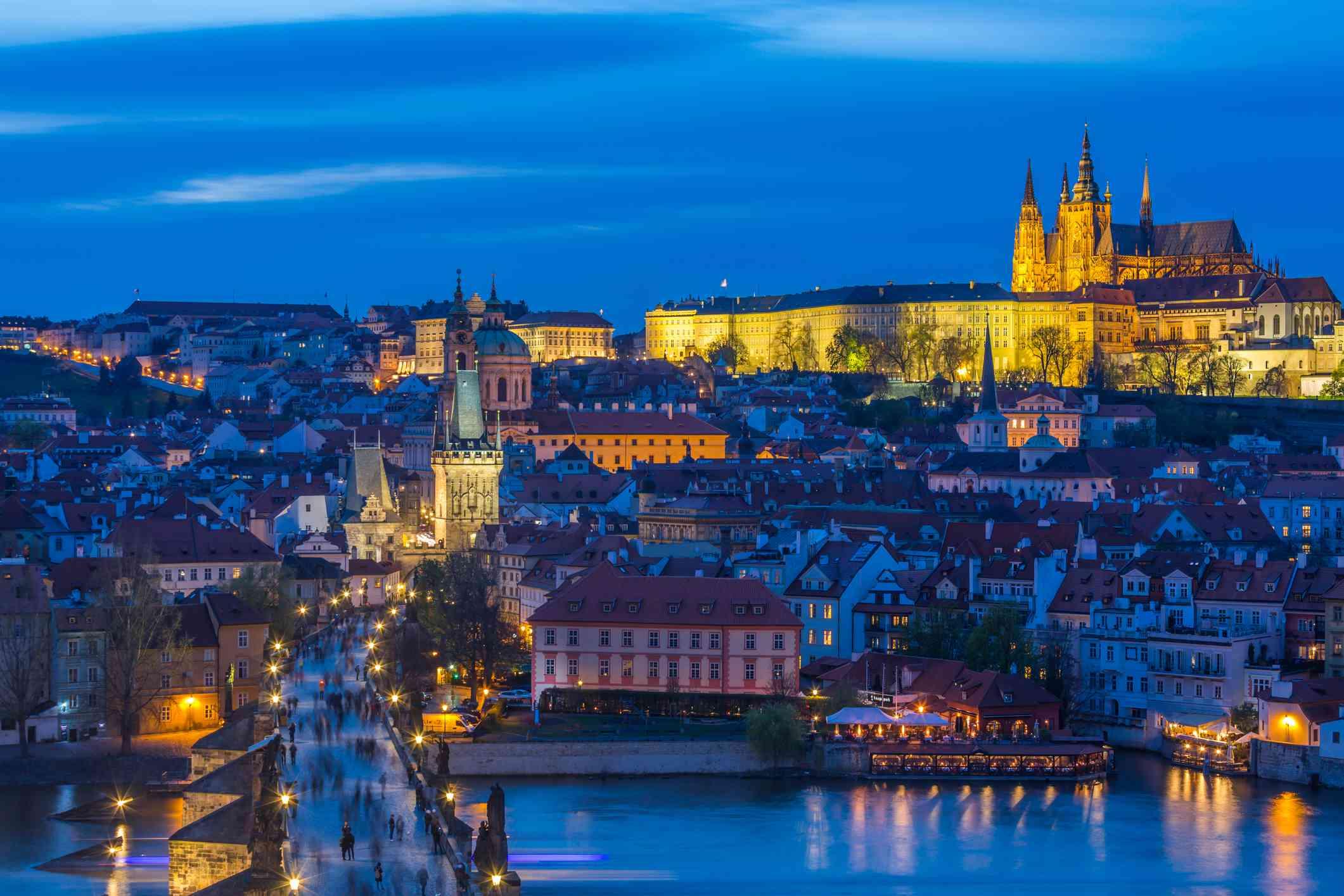anochecer en el puente de Carlos con el distrito de mala strana y el Castillo de Praga .