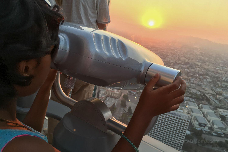 Obtener una vista de primer plano al atardecer desde Skyspace LA