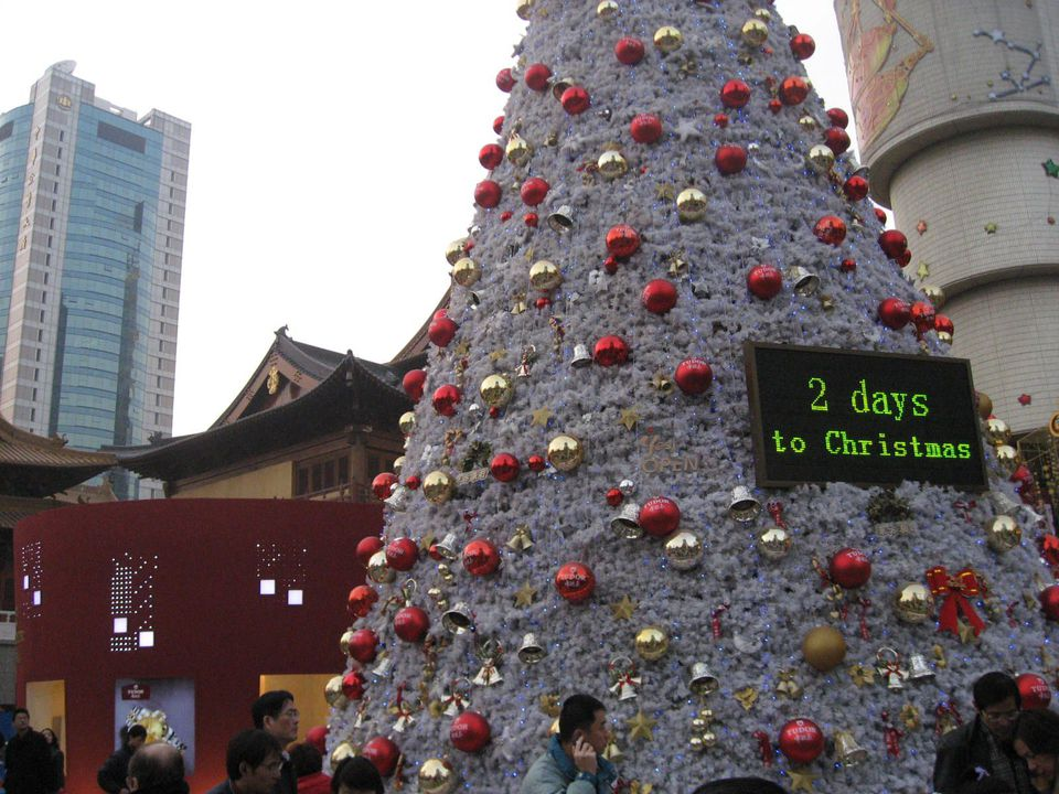 Christmas count-down at the plaza outside Jing'An Temple and Jiu Guang department store, Shanghai